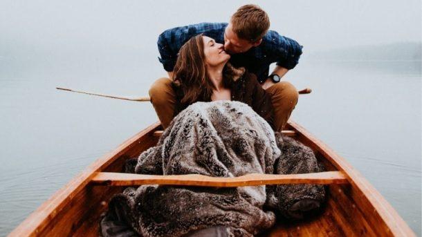 Двойка върху построено от самите тях кану
